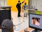 意念控制成真 脑电波控制的Android机器人